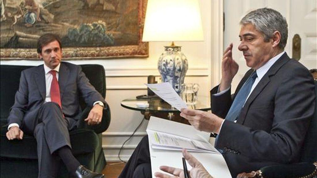 El primer ministro portugués, José Sócrates (d), durante una reunión con una delegación del partido opositor PSD, liderado por Pedro Passos Coelho. EFE/Archivo