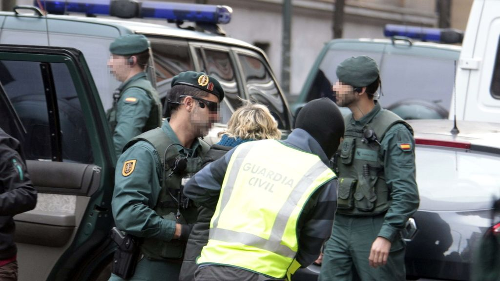 Agentes de la Guardia Civil en el registro del despacho en Bilbao del senador de EH Bildu Iñaki Goioaga