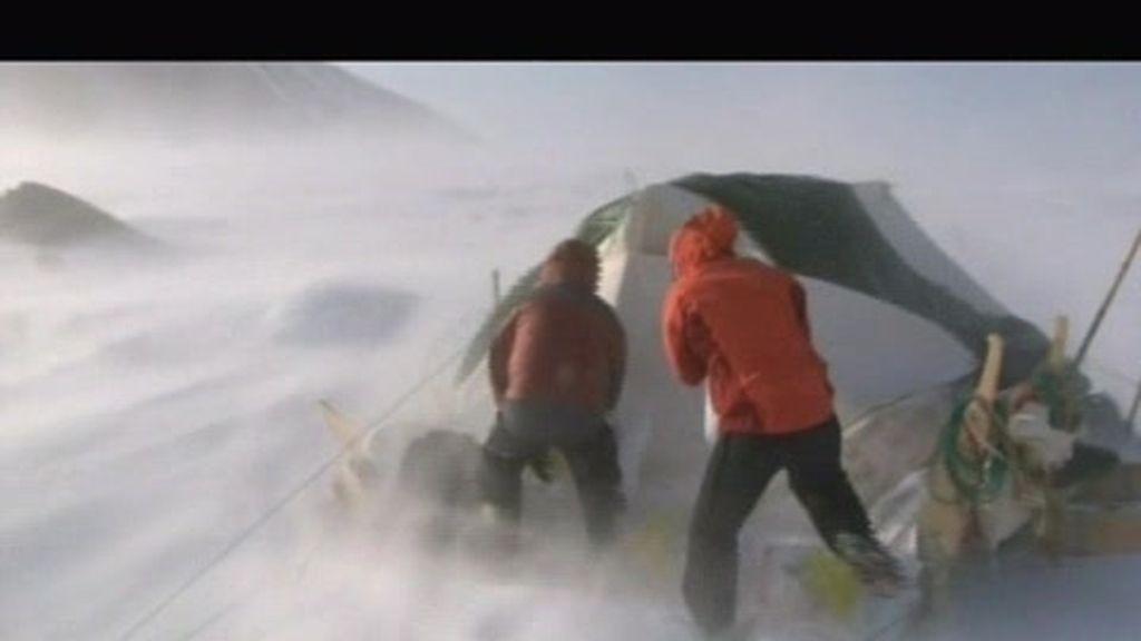 A la expedición le toca sufrir vientos de 150 km/h en plena montaña