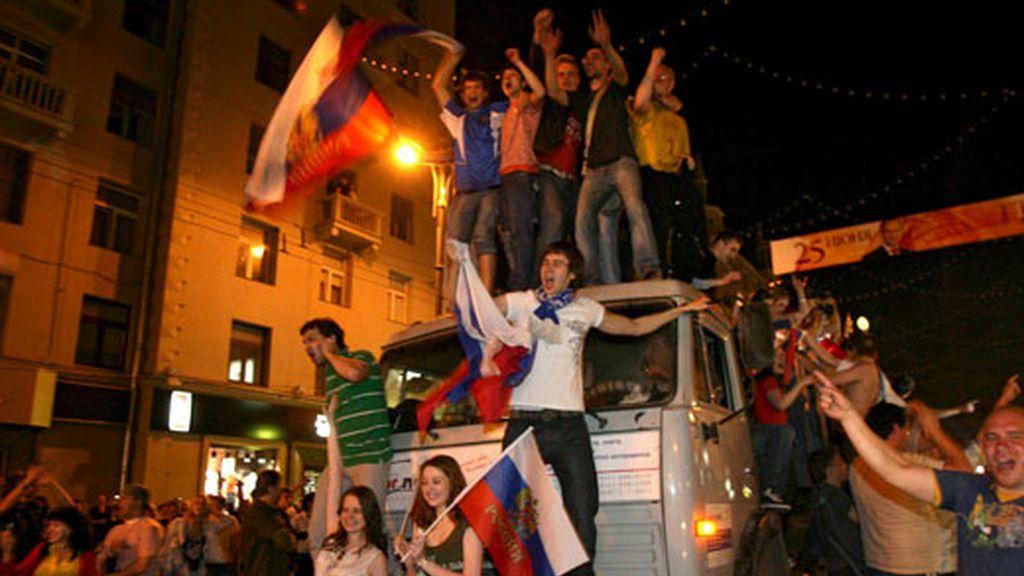 Un grupo de moscovitas celebran la victoria de la selección nacional de fútbol rusa sobre Holanda