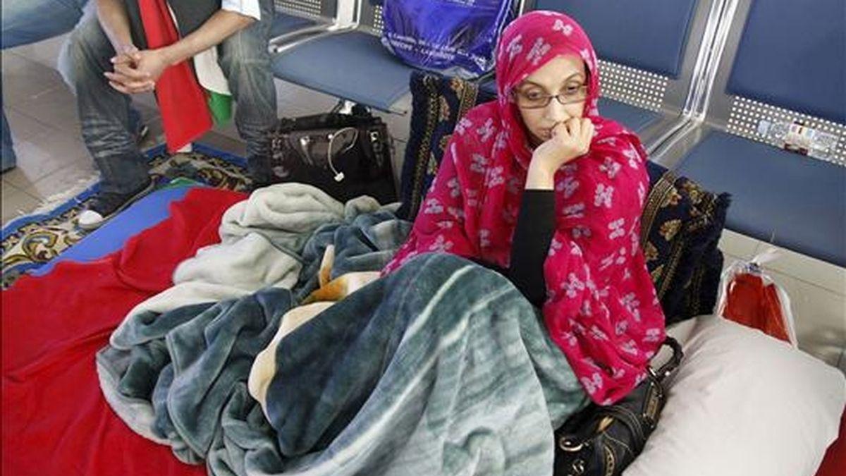"""La activista saharaui Aminatu Haidar, conocida como la """"Ghandi saharaui"""", se encuentra en buen estado de salud tras iniciar anoche una huelga de hambre y dormir a la intemperie, a las afueras del aeropuerto de Lanzarote, para conseguir regresar a El Aaiún, de donde fue expulsada por las autoridades marroquíes el pasado sábado. EFE"""