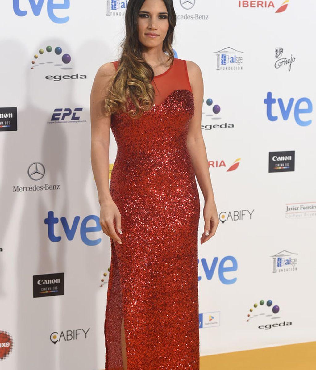 La cantante India Martínez con vestido rojo y gran abertura en la pierna