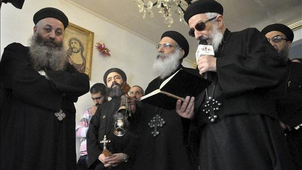 Los sacerdotes coptos cristianos visitan los familiares de una de las víctimas de la explosión de la iglesia copta hace tres días, en el norte de la ciudad de Alejandría, Egipto. EFE