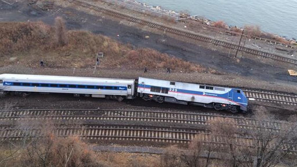 Descarrila un tren de pasajeros en Nueva York