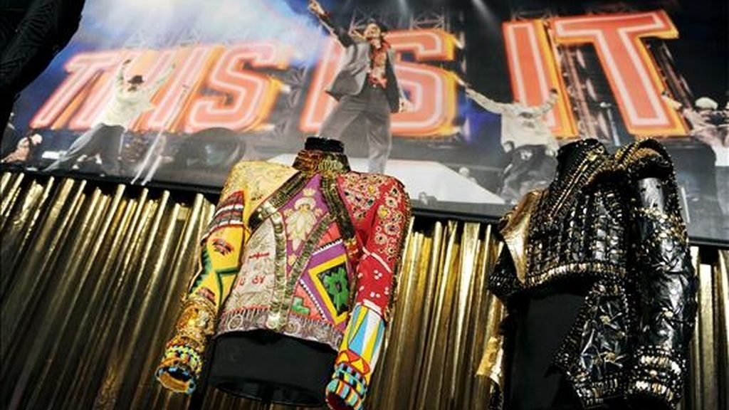 Dos trajes propiedad del icono del pop Michael Jackson se exponen en el O2 Arena en Londres, Reino Unido, dos días antes de la apertura oficial de una gran muestra sobre el artista en la capital británica. EFE La exposición de Michael Jackson abrirá el miércoles 28 de octubre. EFE