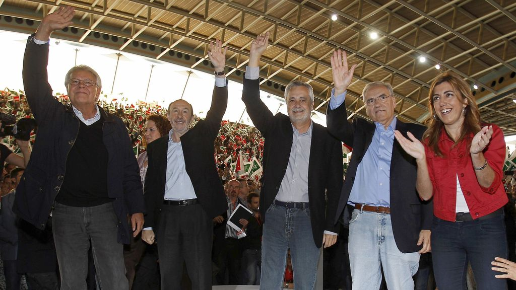 Felipe González, Alfonso Guerra y Alfredo Pérez-Rubalcaba han llenado el Palacio de Deportes de Dos Hermanas (Sevilla).