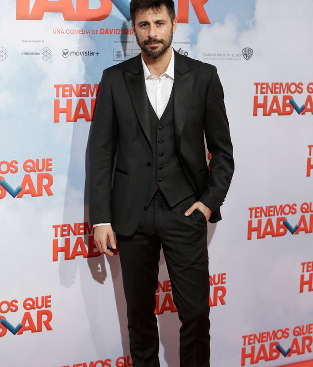 Hugo Silva de traje, con chaleco y sin corbata