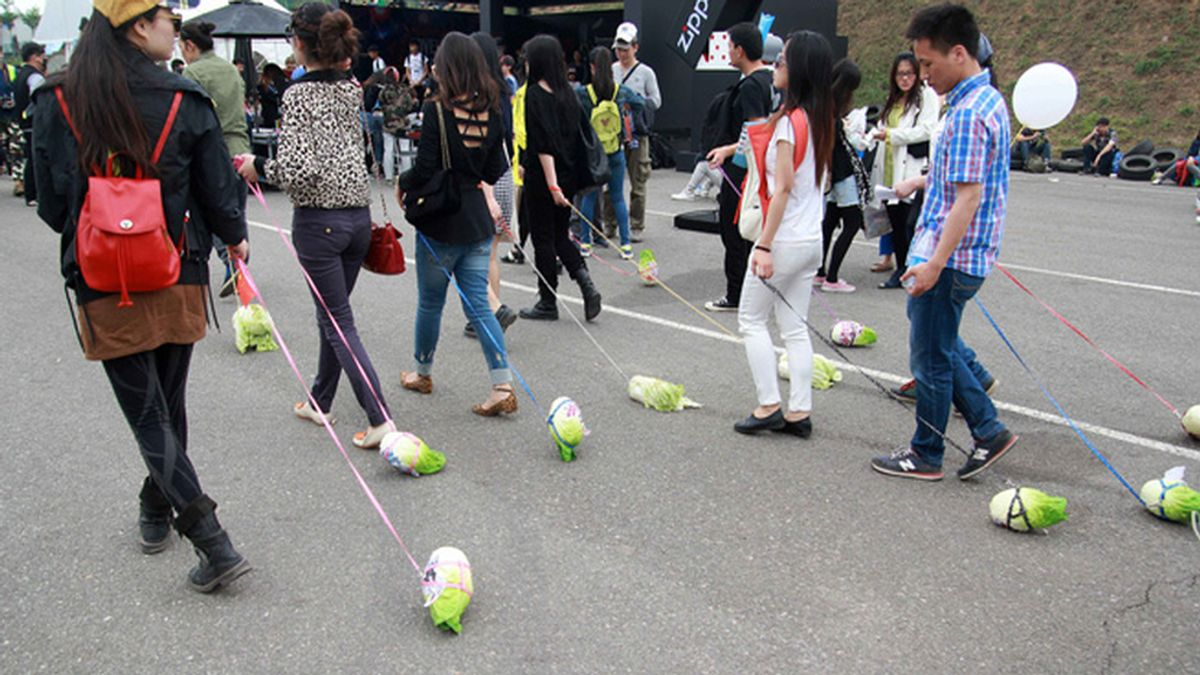 Jóvenes chinos pasean coles