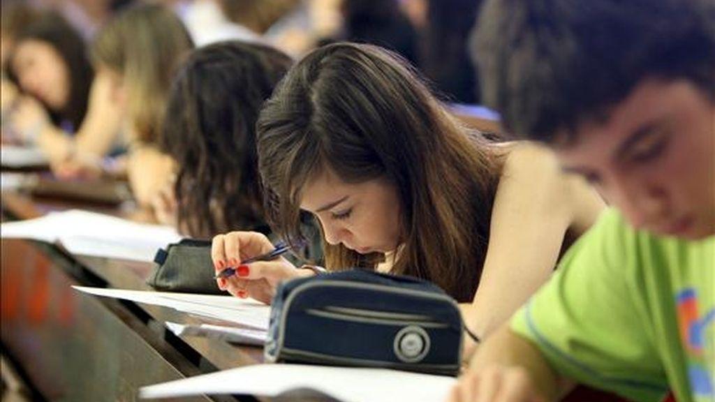Un grupo de estudiantes hacen los primeros exámenes de la selectividad en Cataluña. EFE/Archivo
