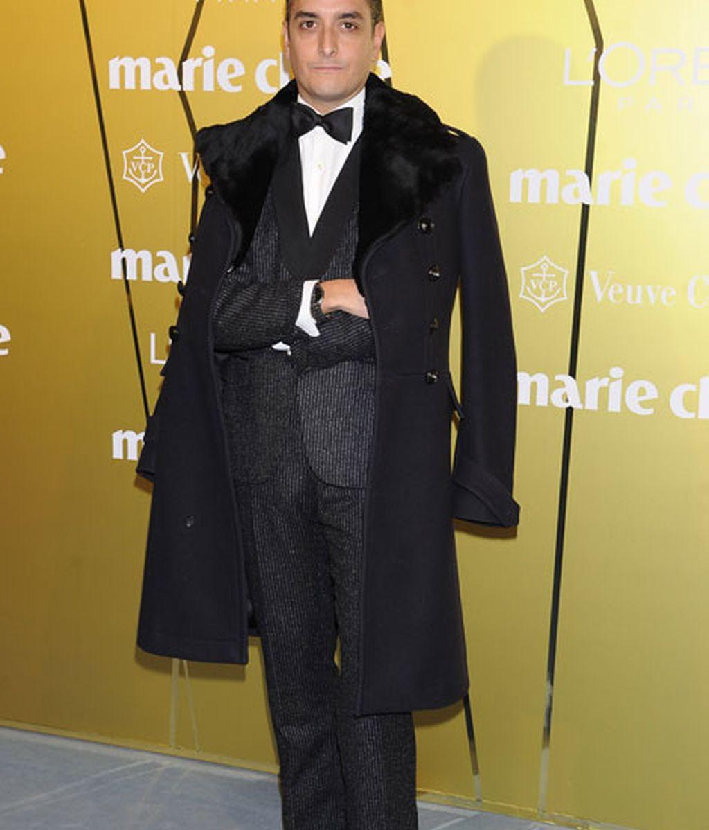 Josie eligió un look de abrigo y traje
