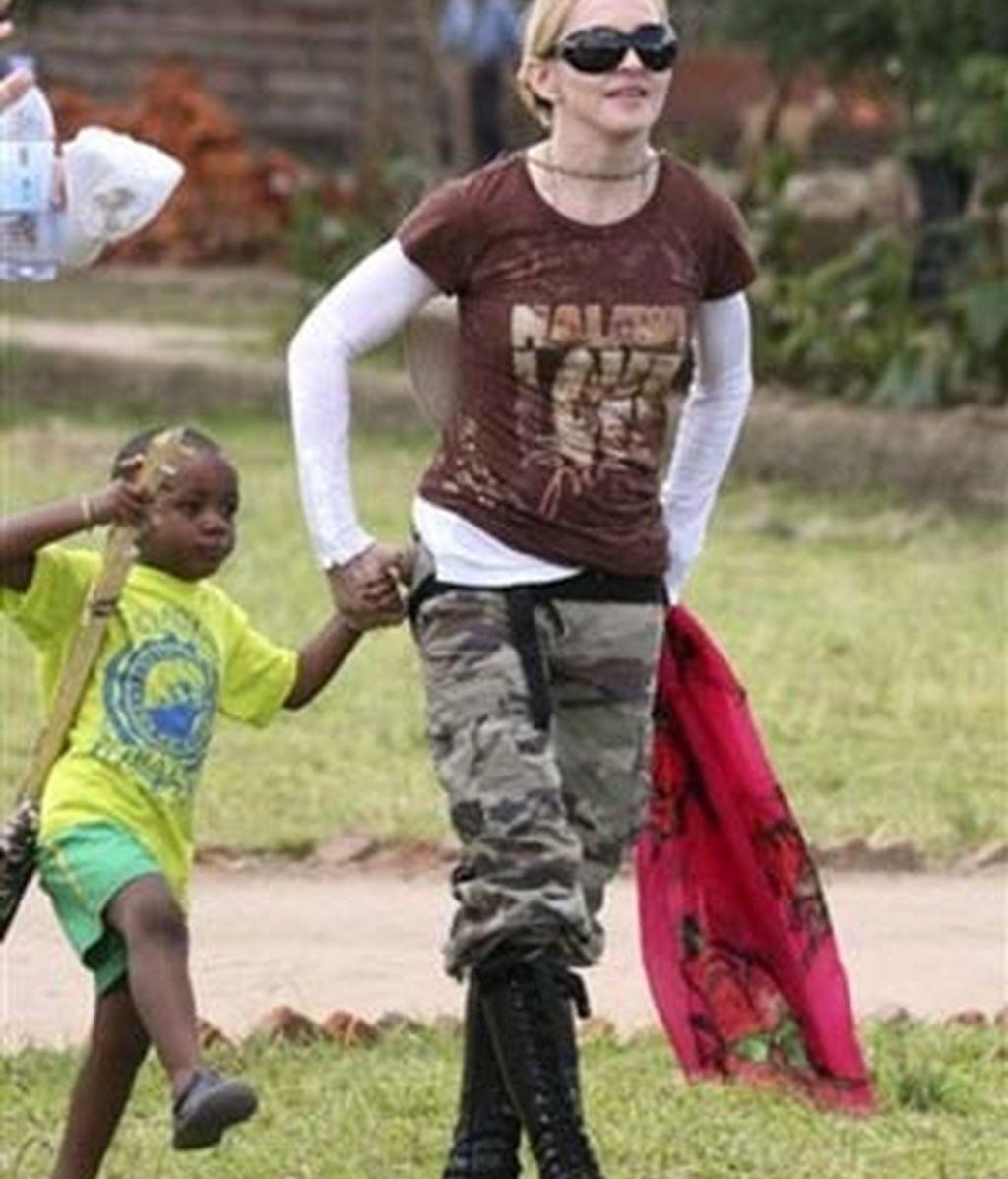 La 'Reina del Pop', en Malawi y junto a su primer hijo adoptivo mientras espera para adoptar una niña de cuatro años. Foto: AP