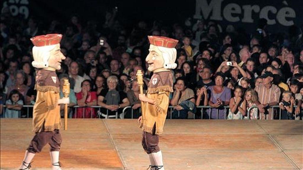 La Plaza de San Jaume llena para presenciar el tradicional baile de gigantes con el que se iniciaron las tradicionales Fiestas de la Mercè. EFE
