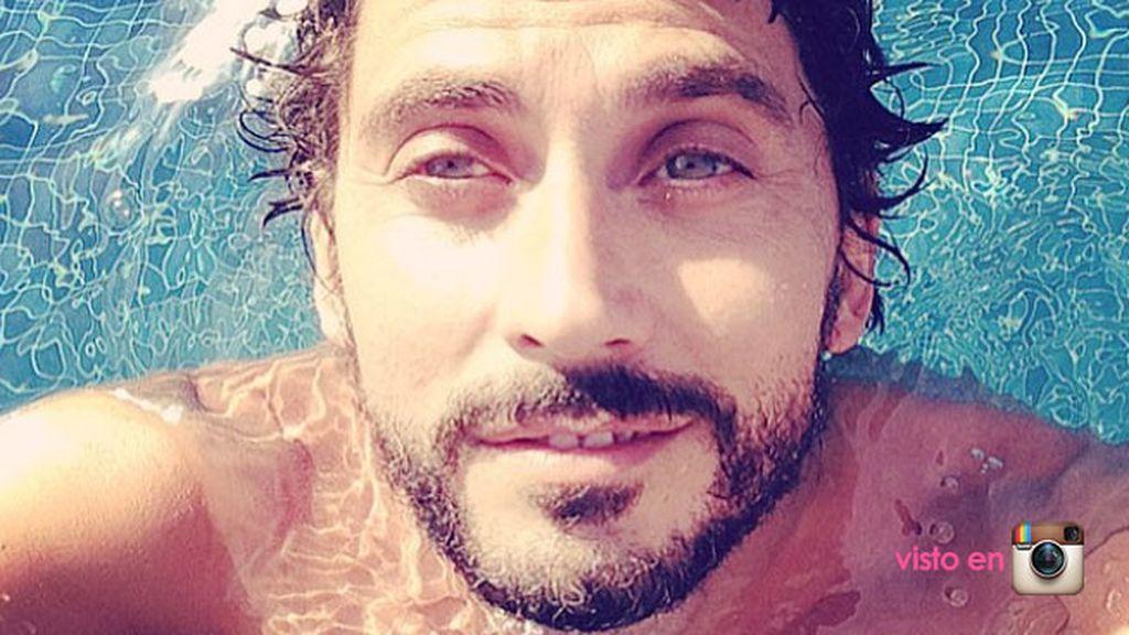 Selfie en la piscina de Paco León... ¿desnudo o con bañador?