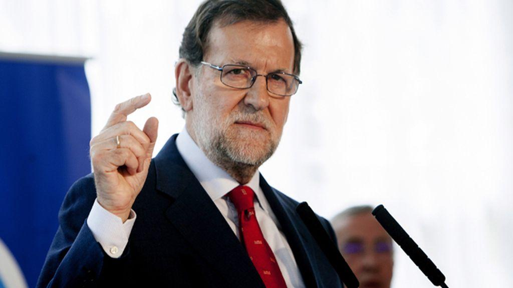 """Rajoy advierte al PSOE de que le """"están mojando la oreja"""" y avisa también a C's"""