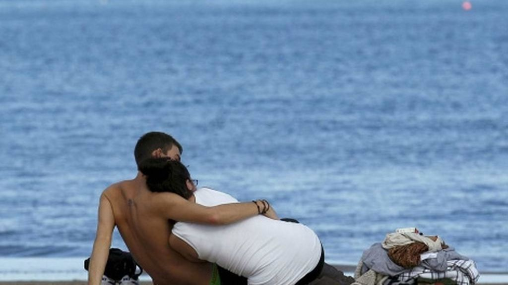 Una pareja en la playa de la Malvarrosa en el Puente de Diciembre