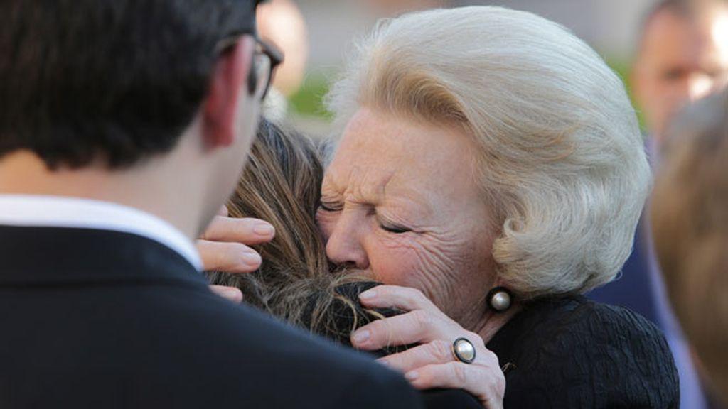 La reina Beatriz de Holanda se fundió en un abrazo con Miriam Ungría