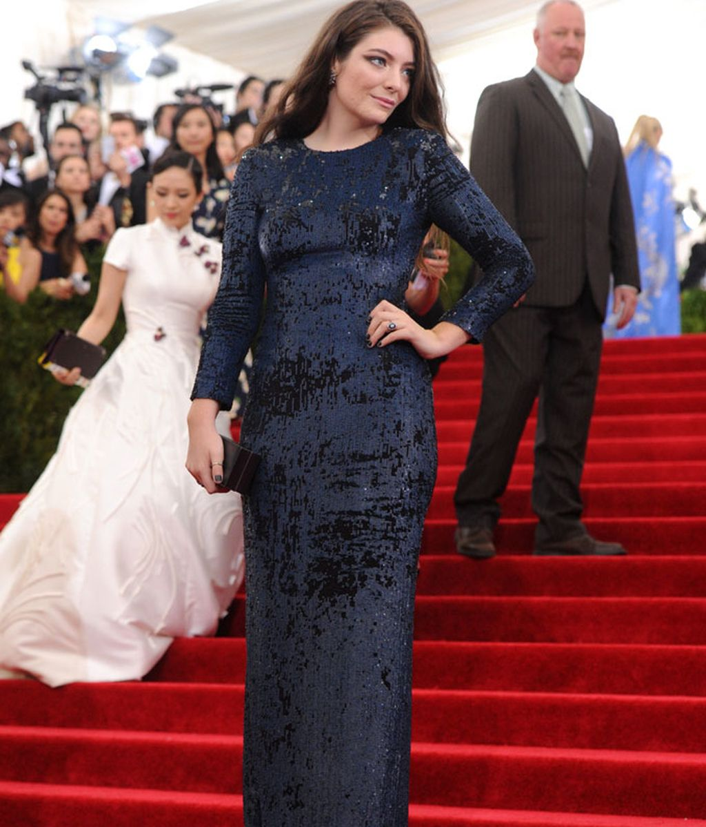 Lorde con vestido de Calvin Klein