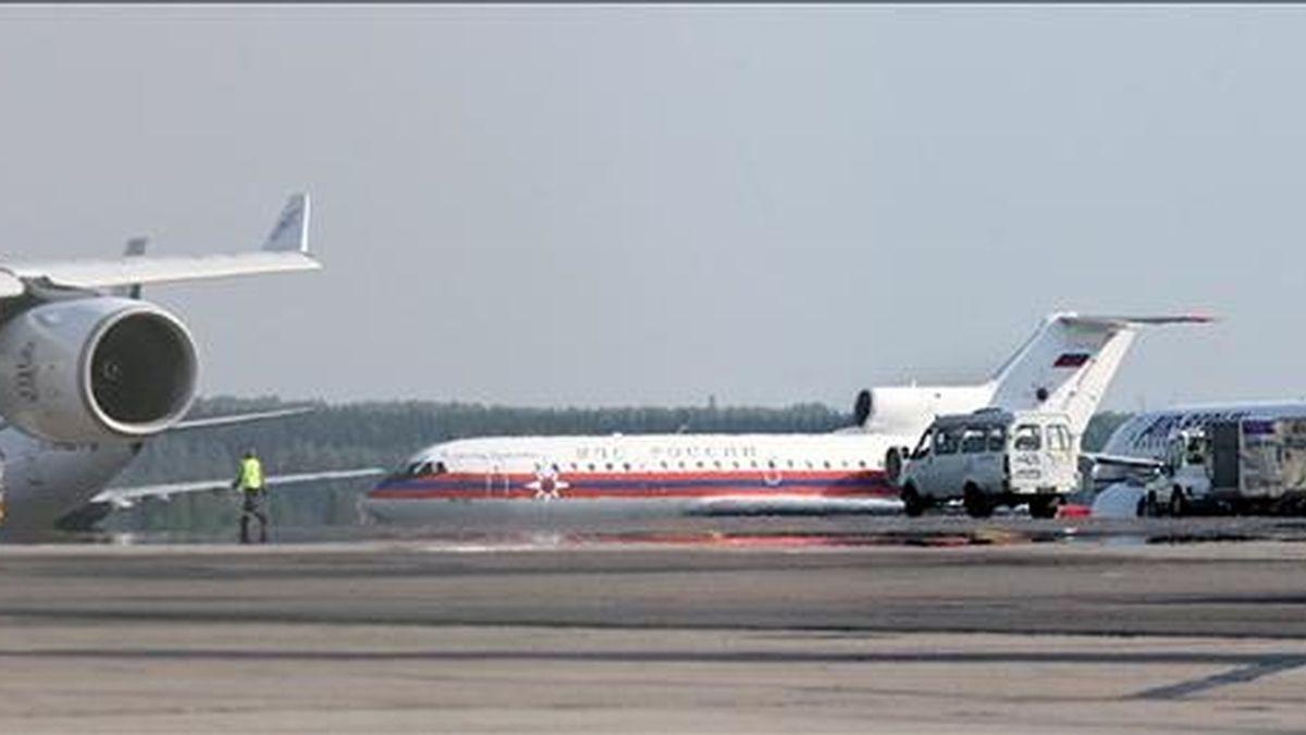 Un avión fletado por las autoridades rusas, en el que presuntamente viajan diez espías rusos deportados desde Estados Unidos, aterriza en el aeropuerto Domodedovo de Moscú, Rusia, hoy viernes 9 de julio de 2010. EFE