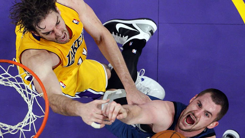 Pau Gasol y Love luchando por un rebote en el partido en el que Lakers consiguen su octava victoria consecutiva