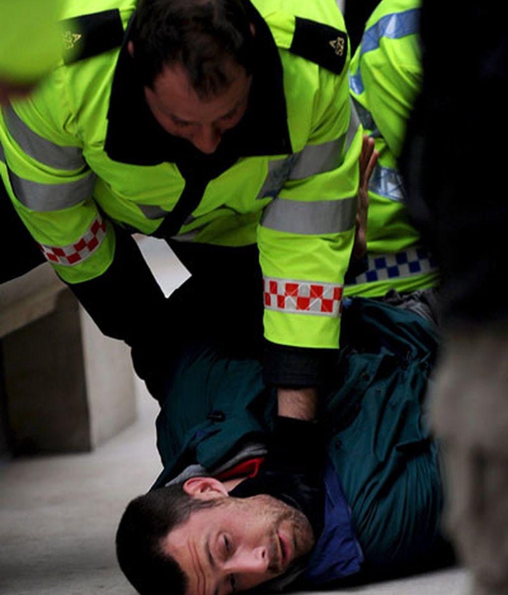 La policia arresta a un manifestante contra el G-20