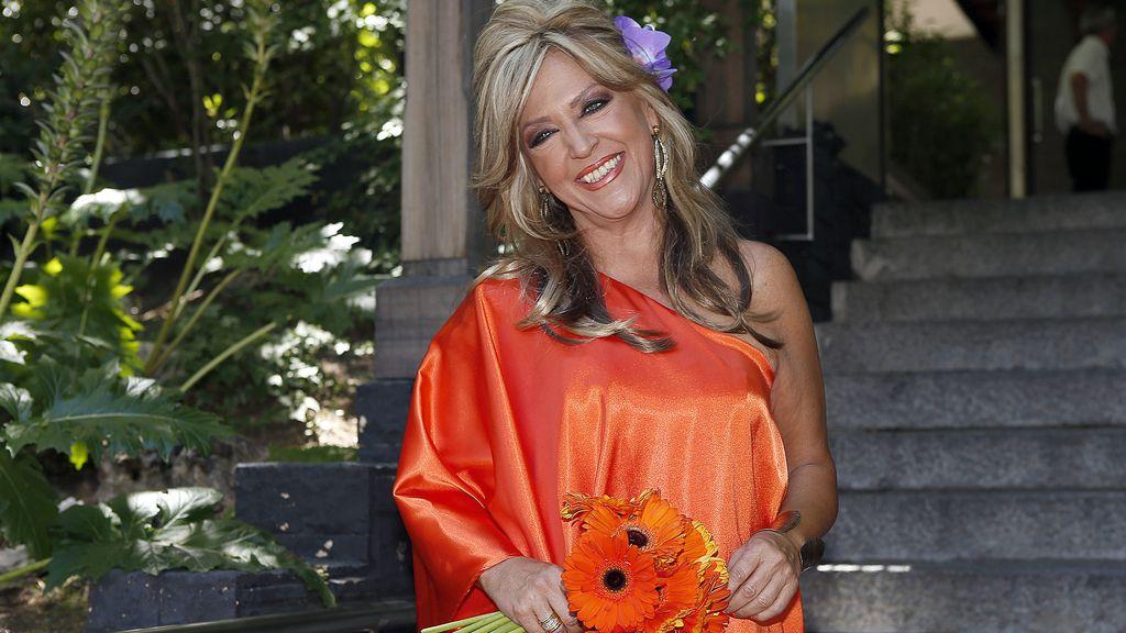 Lydia Lozano posa sonriente en su boda con Charly