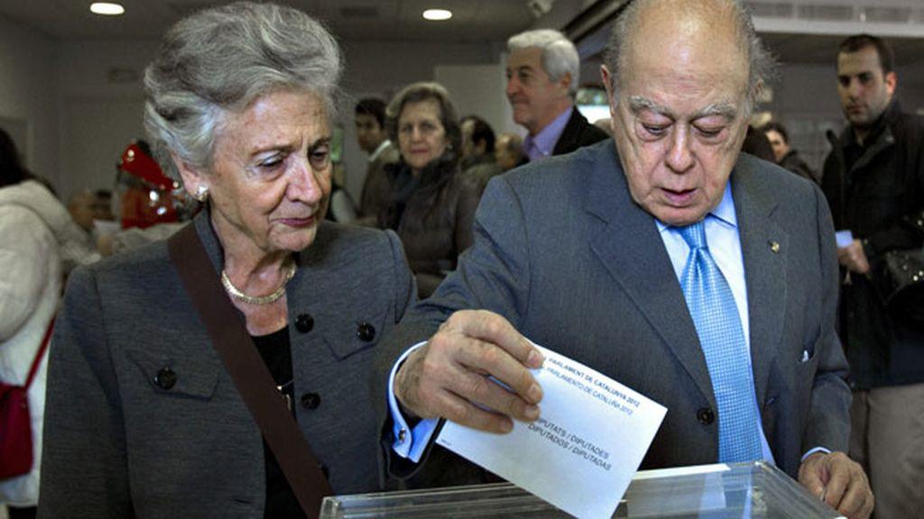 El expresidente Jordi Pujol y su esposa votando en el colegio de Can Castello de Barcelona