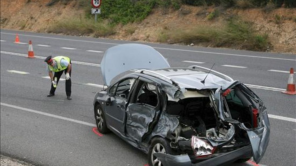 Un guardia civil observa un automóvil que ha sufrido un accidente. EFE/Archivo