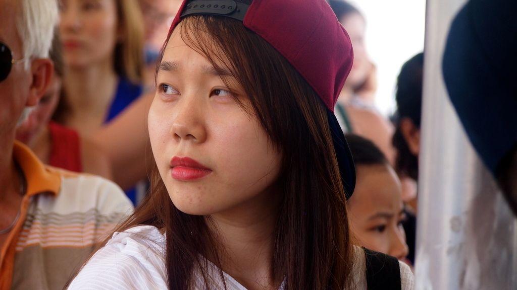 Joven cruzando el río Chao Phraya