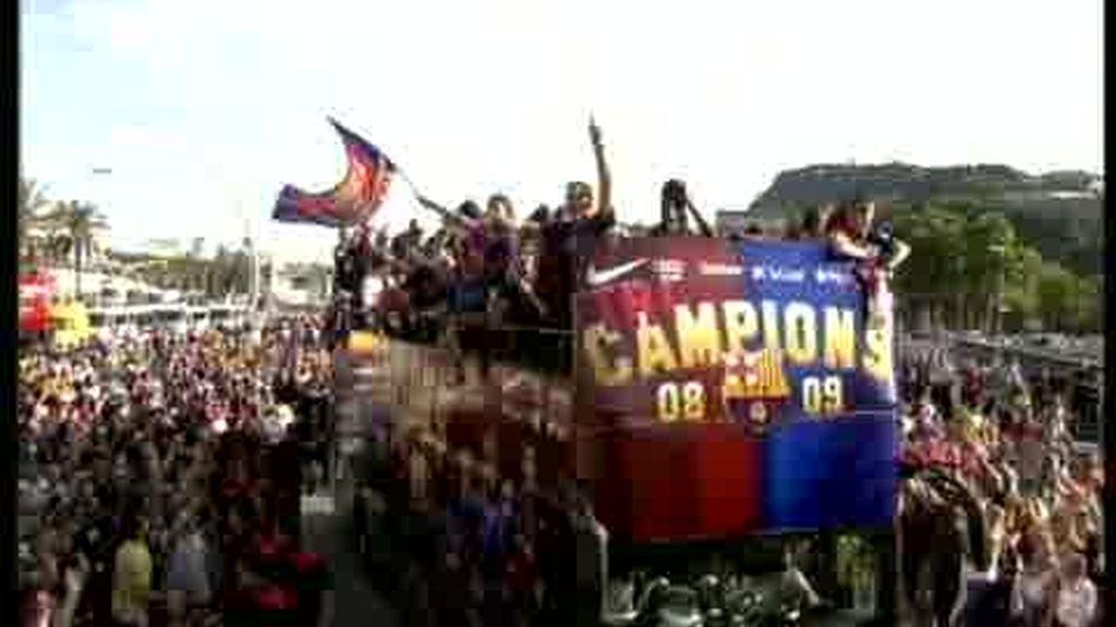 El Barcelona celebra el triplete con miles de aficionados