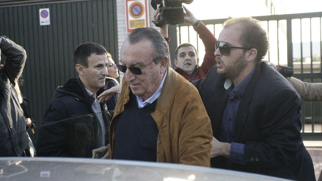 El ex presidente del PP de Castellón, Carlos Fabra, recoge la notificación de ingreso en prisión