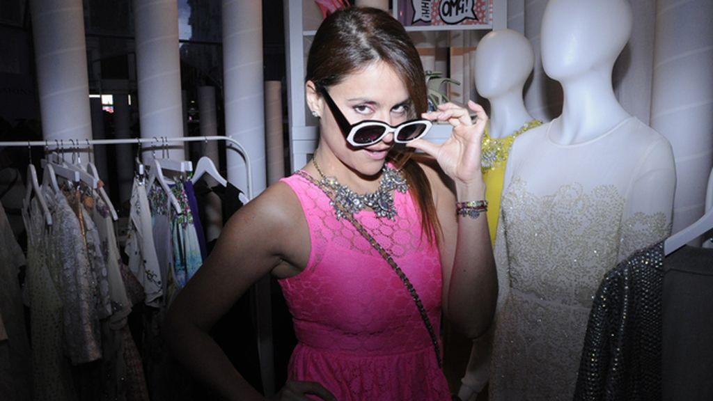"""Mónica Hoyos, defendiendo la moda """"do it yourself"""", lució un vestido confeccionado por ella misma"""