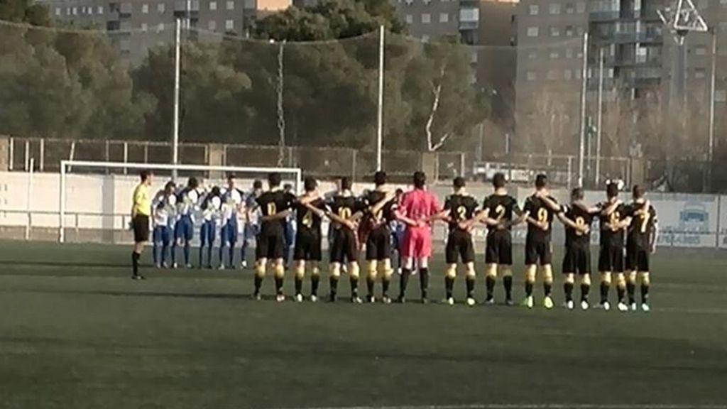Jugadores del Ebro y del Zaragoza durante el minuto de silencio