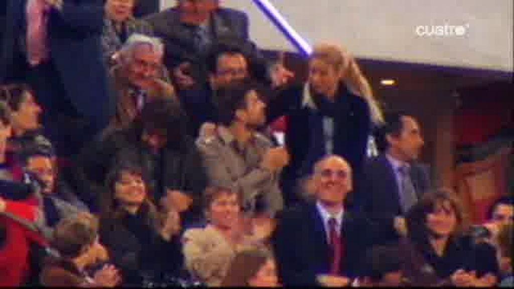 Piqué y Shakira se aman en las gradas