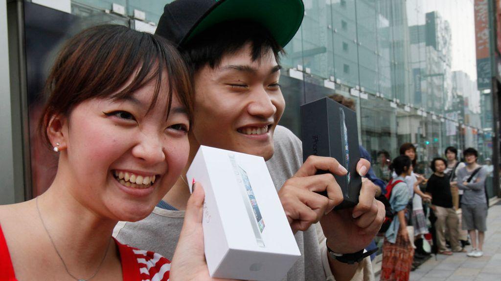 Primeros usuarios japoneses en comprar el nuevo iPhone 5