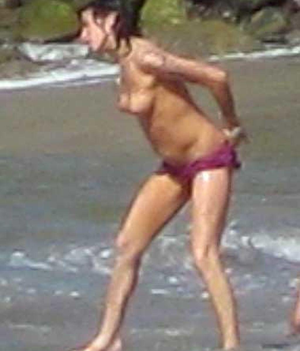Amy hace 'topless' en el Caribe.