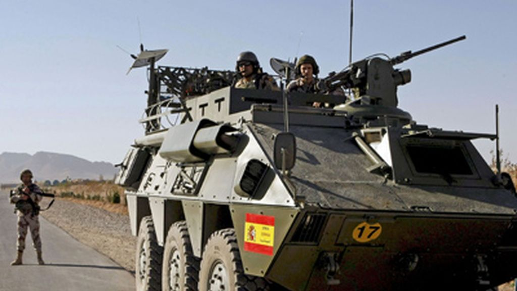 Soldados españoles a bordo de un carro armado en Afganistán.