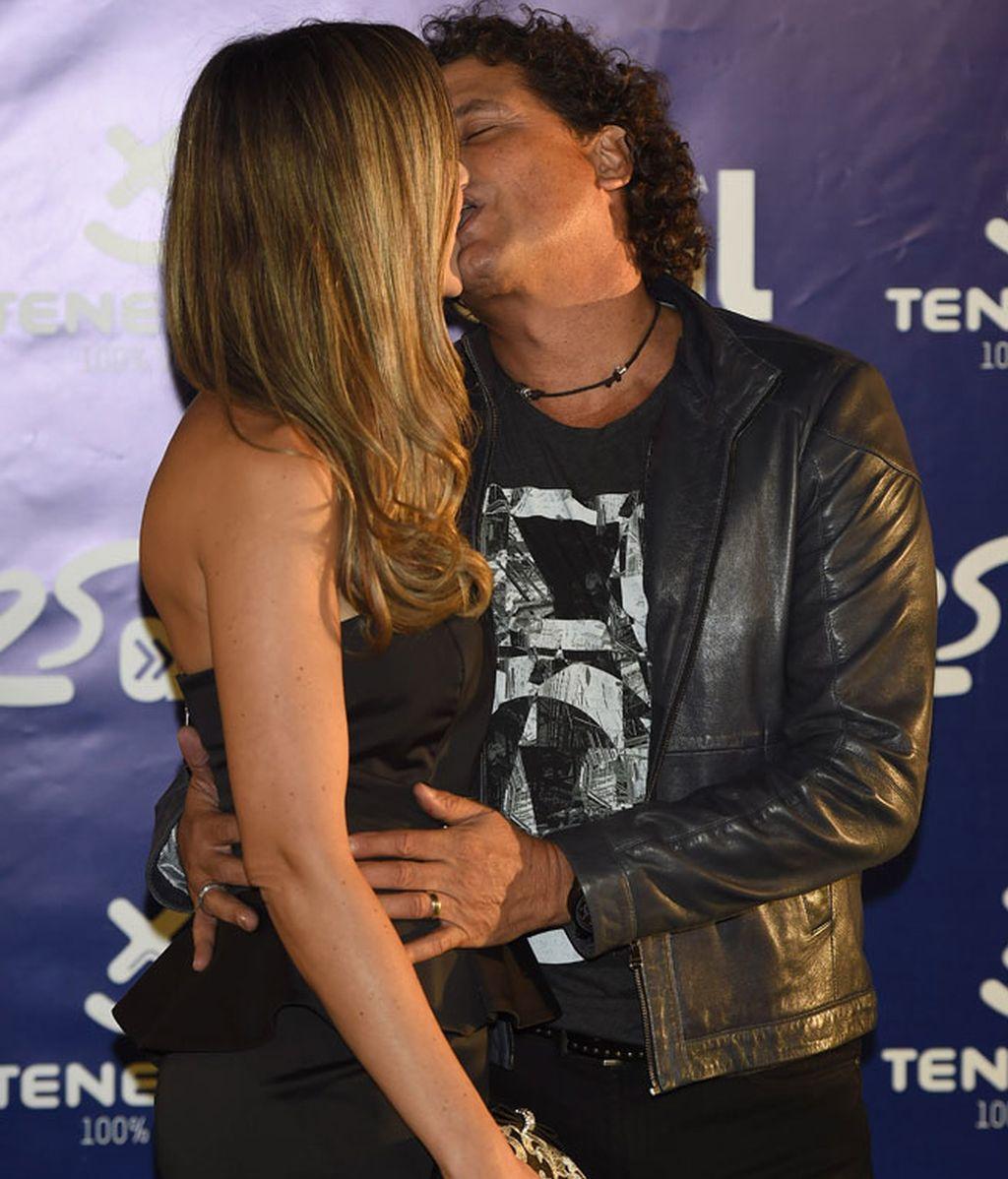 Carlos Vives se mostró así de acaramelado con su pareja
