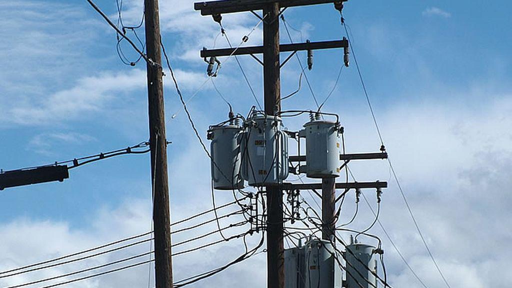 Un poste que sujeta el cableado por donde circula la energía eléctrica