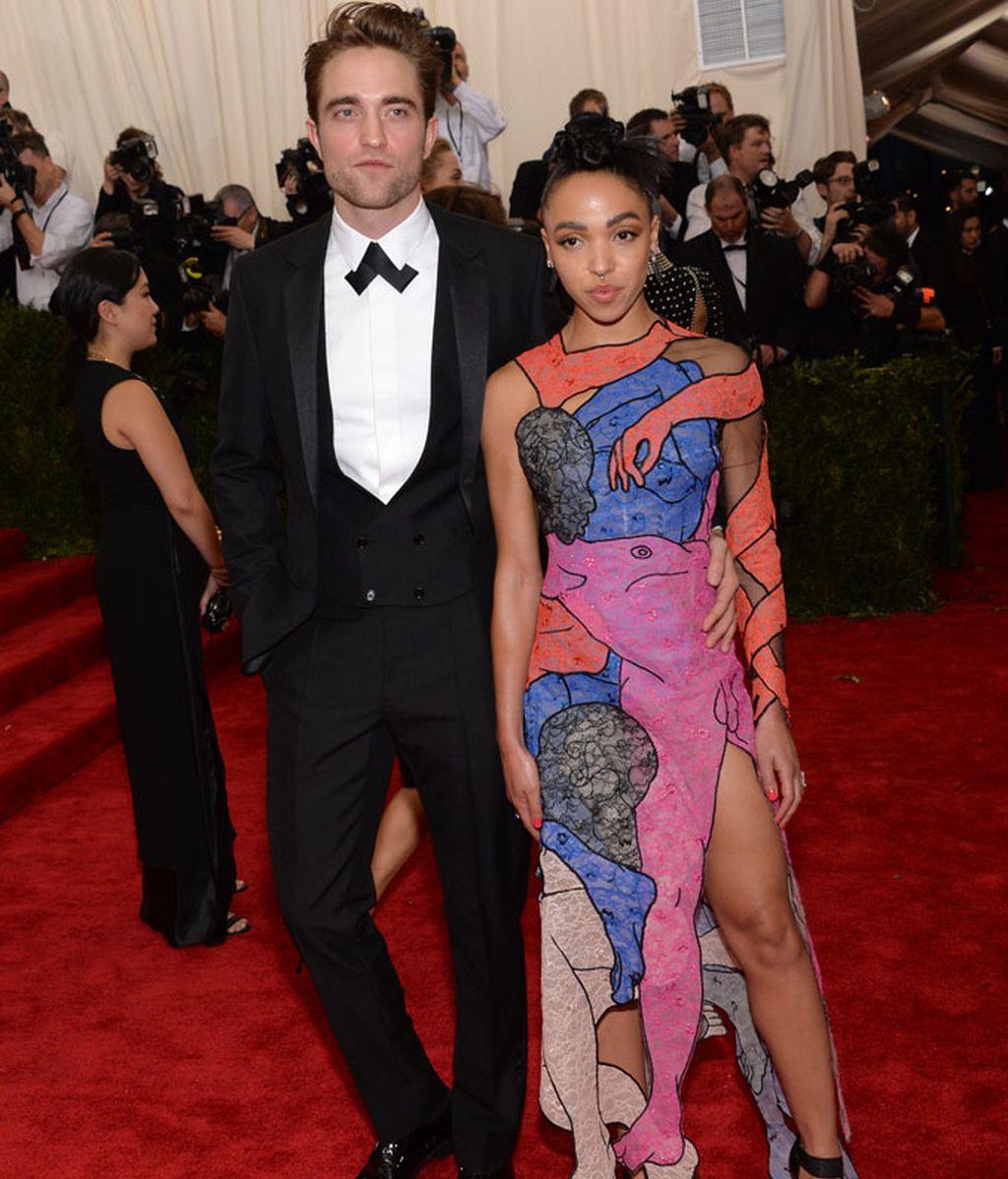 Robert Pattinson y su novia FKA Twings, ella vestida de Christopher Kane