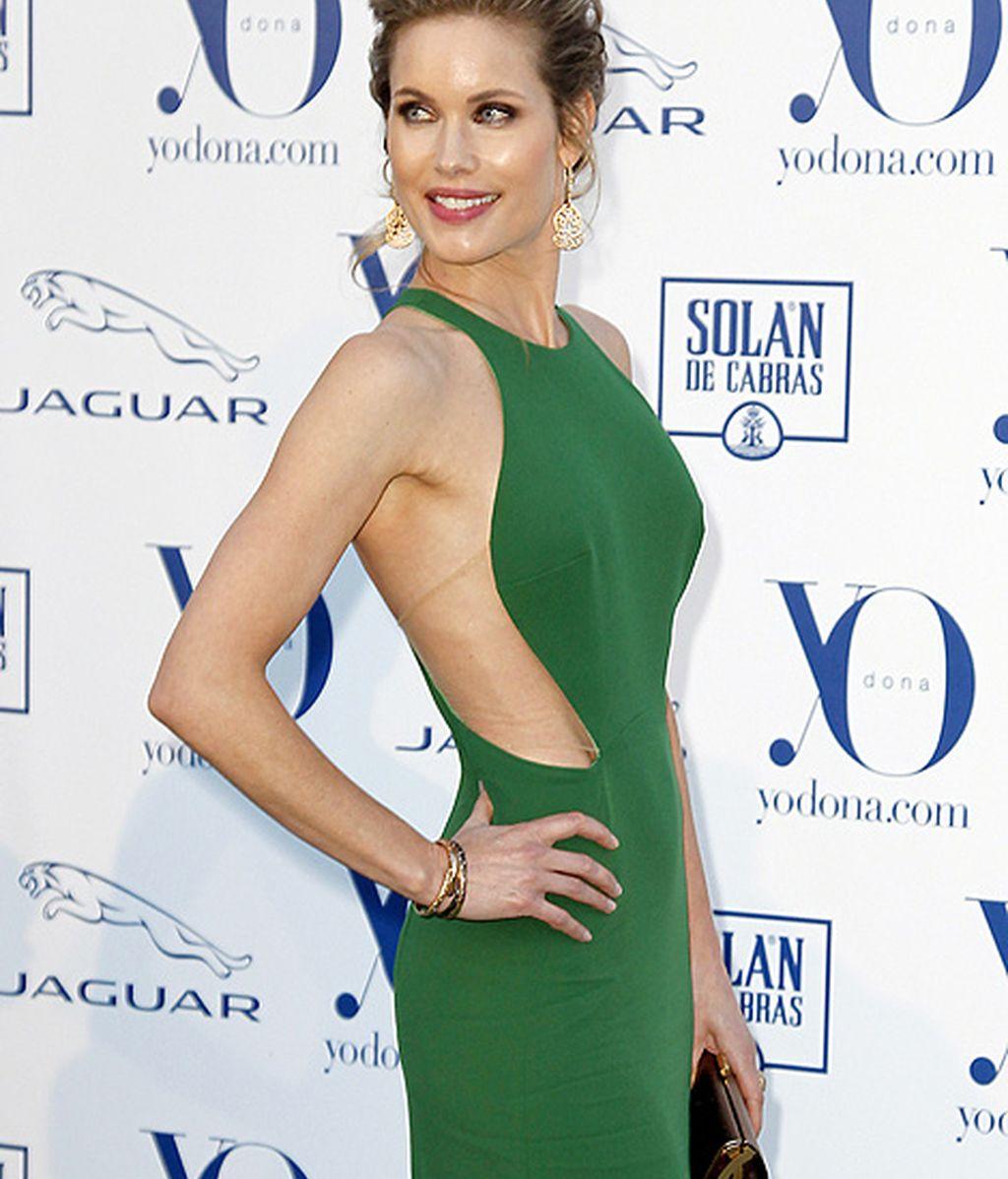 Helen Swedin lució figura con un vestido largo con aberturas laterales