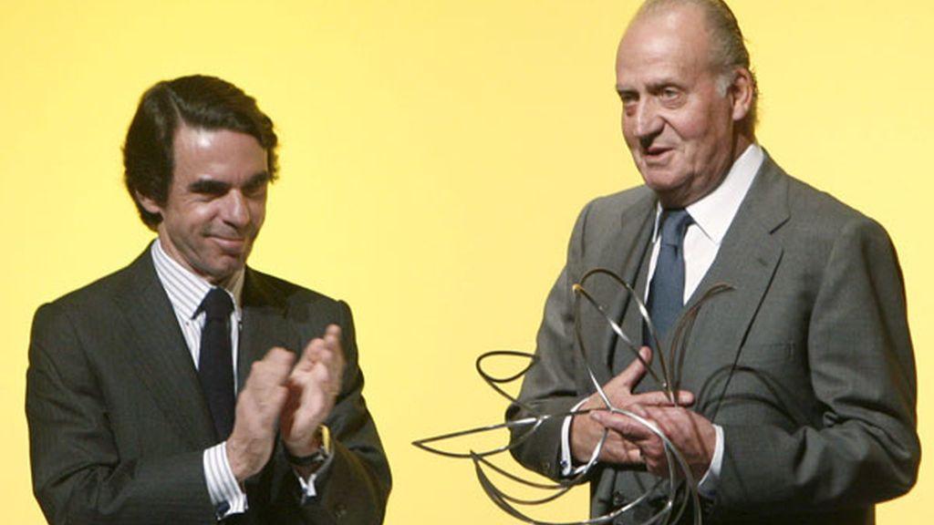 El Rey recibe un premio de manos de Aznar