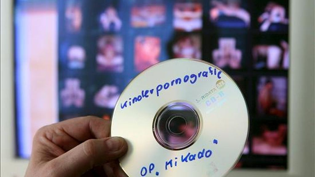 En la imagen, un policía muestra un cd con información sobre una operación contra una red de pornografía infantil. EFE/Archivo