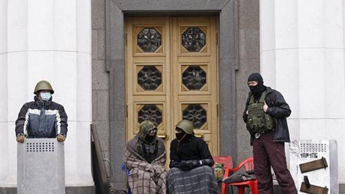 Yanukovich deja Kiev y la oposición pide elecciones antes de mayo