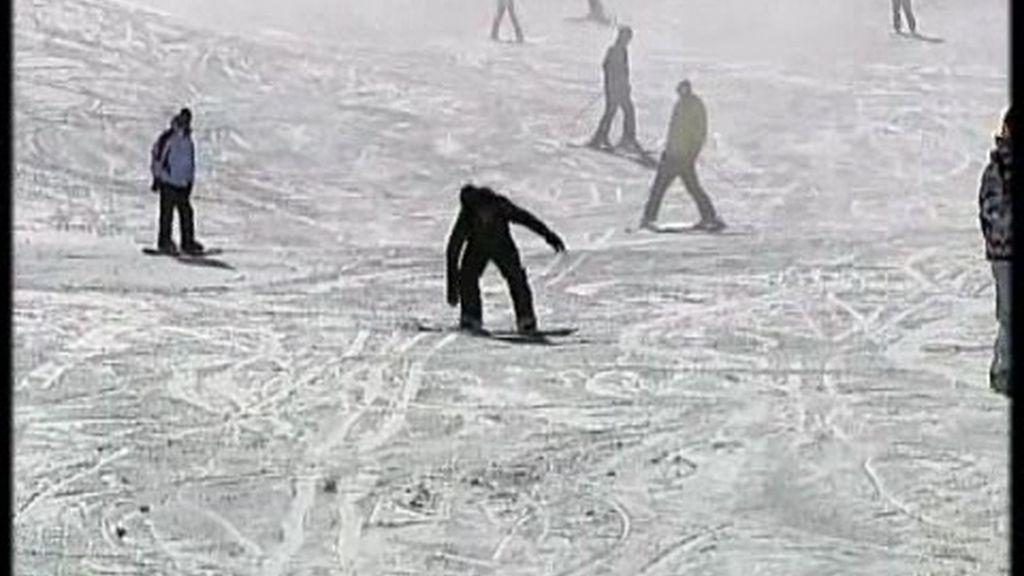 Precaución con los esquís y las tablas de snowboard