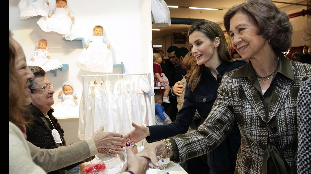 Las primeras compras navideñas de Doña Sofía y Doña Letizia