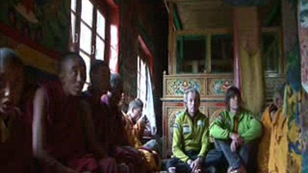EXCLUSIVA: Jesús pide a los monjes budistas una 'puja' que los proteja en su aventura