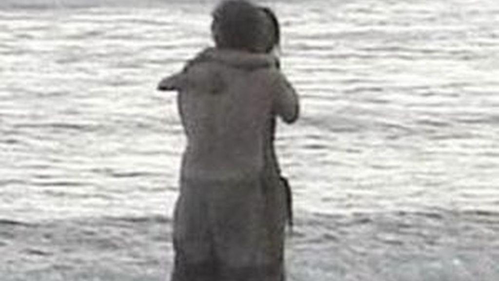 Gibson y la misteriosa mujer a la que se le vió abrazando en una playa de Costa Rica. Al actor le tocará otra vez explicar un gesto tan cariñoso. Foto Daily Mail