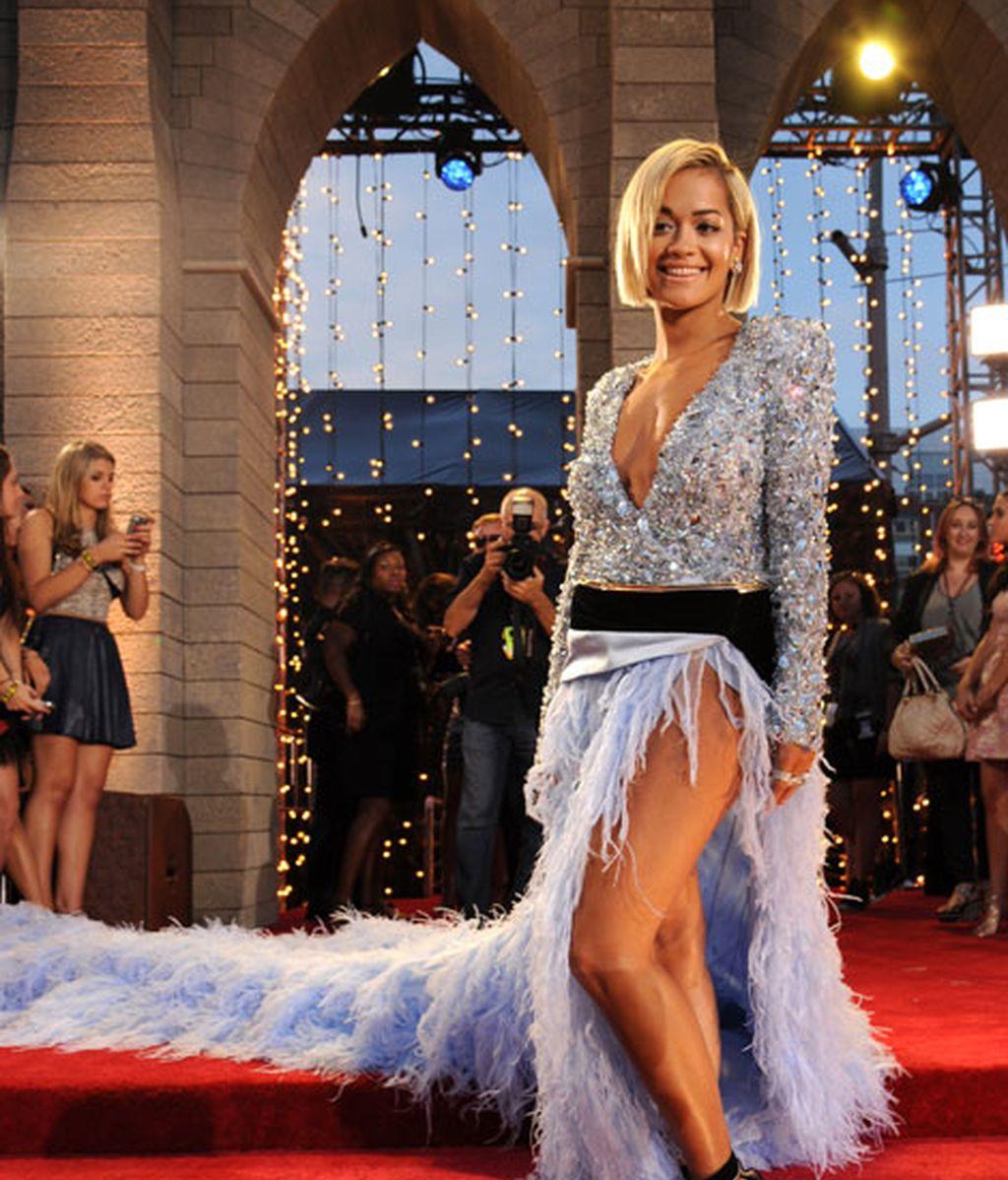 Rita Ora combinó una larga cola de plumas con un top de brillos