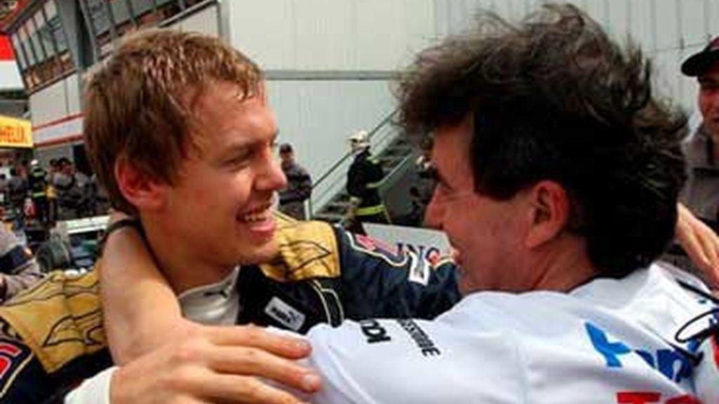 Vettel, felicitado tras su quinto puesto. Foto: EFE