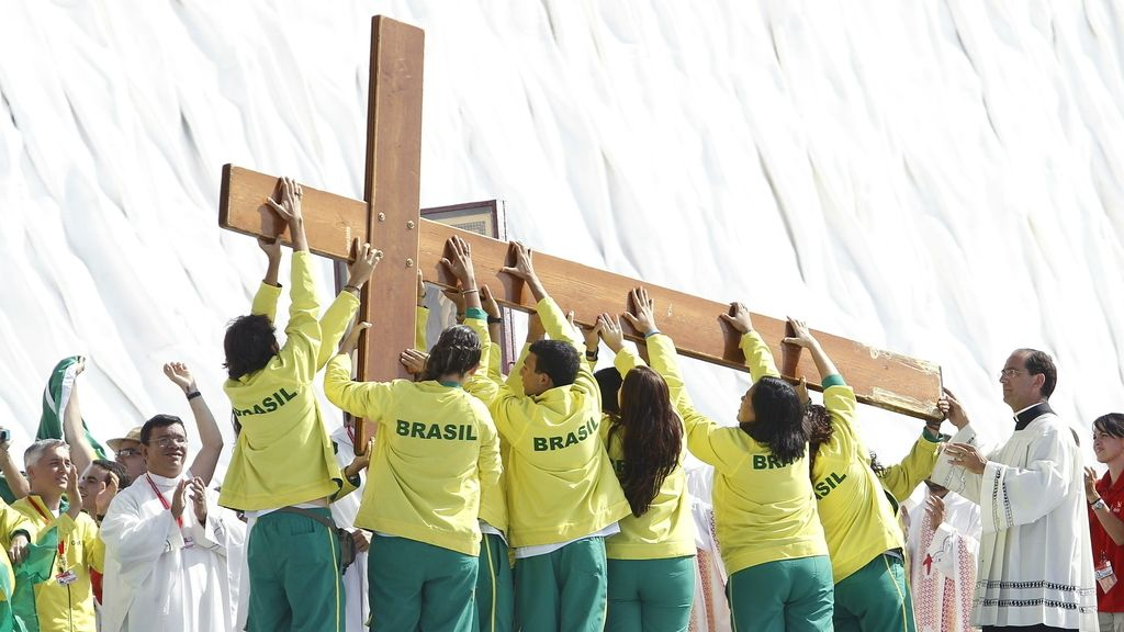 Varios jóvenes de Brasil transportan la cruz que regaló en 1982 Juan Pablo II a los jóvenes para que presidiera todas las JMJ. Foto: EFE